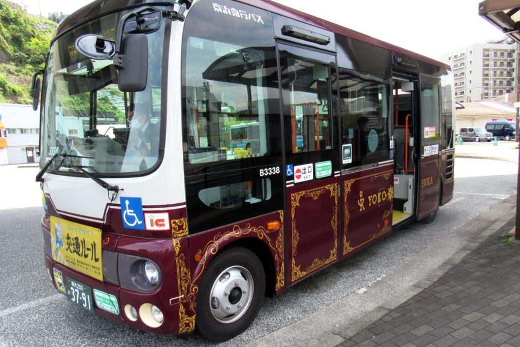 横須賀ルートミュージアムのオリジナルロゴを使用したラッピングバス